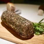 キュイジーヌ[s] ミッシェル・トロワグロ - 肉料理(セルダニョーのパン包み)