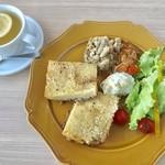 アデッジ - アッシュ パルマンティエセット¥1380(税込) (ひき肉、ジャガイモ、チーズの重ね焼き) アッシュパルマンティエ+デリ3種 +ドリンクは自家製レモネードをチョイス