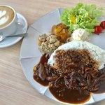 アデッジ - 洋食セット¥1380(税込) ドライカレーorハヤシライス+デリ3種 +ドリンクはカフェラテをチョイス