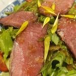 93659844 - 替わり肴のローストビーフと生野菜サラダ