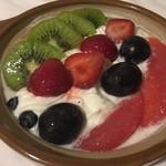 マツキ - 料理写真:土鍋プリン(フルーツ)税込1220円、土鍋を含んだお値段