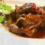 白王豚バラ肉の赤ワインロール煮込み