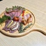 93670104 - 和食居酒屋 遊山 新宿店(東京都新宿区新宿)肉三種盛り合わせ 2,480円