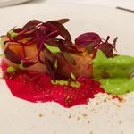 stesso e Magari CHIC - 低温調理の秋鮭真っ赤なビーツソースに鮮やかな黄緑のイタリアンパセリとオリーブオイルのソースが華やかな一皿