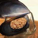 stesso e Magari CHIC - ムール貝のクロケット ムール貝の中身を玉ねぎ、トマトとラグーして固め、ポレンタを纏わせ揚げたものを再び貝殻の中に入れたもの