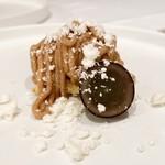 stesso e Magari CHIC - さっくりしたメレンゲとマロンクリーム下のクッキー生地には生姜が入れられていて、ピリッとしつつも、濃厚な栗の甘い後味を爽やかにしてくれます