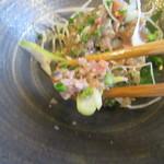 そば二十三 - 香味野菜が秋刀魚に混ぜ合わされている