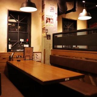 バルっぽいオシャレな雰囲気だけど個室っぽいテーブル席