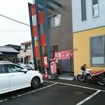 93677502 - 洒落た建物前に古いバイク