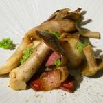 93682118 - 天然畑シメジ、原木舞茸、サトイモ、大理石仕立てのパンチェッタのソテー