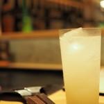 """月島もんじゃ こぼれや 結 - """"梅乃宿の柚子酒ソーダ割り"""""""