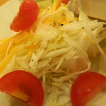 カフェ フェイバリット ピース - エビとアボガドのベーグルサンドに添えられているサラダ