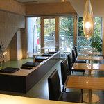 ピッツェリア・フーモ - 白と茶と黒を基調としたミニマルで清潔な店内