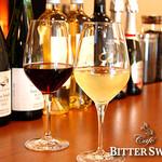 カフェ ビタースイート - ワインについて:グラスワインは¥510〔税込¥550〕。 赤はイタリアのネロ・ダーボラ等、白はイタリアのファランギーナ等をご用意しています。  ボトルワインは¥2,732〔税込¥2,950〕から。赤はメルロー、ピノノワール、アリアニコ、モンテプルチアーノ等、白はシャルドネ、ゲヴュルツトラミネール等を取り揃えています。