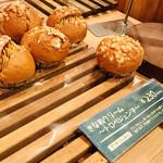 ベーカリー&カフェ ブルージン - きな粉クリームたっぷり入ったパン 〜トロペジェンヌ〜 ¥230-
