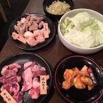 情ホル‼ 亀戸酒場 - 料理写真:キャベツ¥190、黒ホル¥290、豚ハラミ¥290、カシラ¥290、マル腸¥290、シロ¥190。(いずれも税別)
