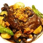 Bistro Sentiment - 骨付き鶏モモ肉の赤ワイン煮込み