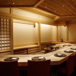木曽檜がふんだんに使われた美食空間は、白木の香りが清々しい