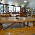道の駅 天城越え - 店内 ぬくもりのあるテーブル