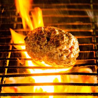 """国産黒毛牛の旨みが味わえる""""薪焼き""""ハンバーグ&ステーキ"""