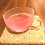 クッチーナ ラトリエ - お口直しの「赤紫蘇のハーブティー」