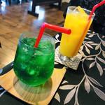 カロリーナ - メロンソーダ & オレンジジュース