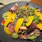 カフェ クベール - パンプキンとフルーツのサラダクルミと生ハムを添えて