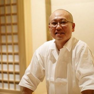 店主西崎祐樹氏は、無口ながら謙虚で優しい人柄の鮨職人