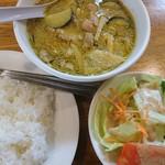 93743118 - ランチのカレー。この日のカレーはグリーンで肉は鶏。サラダ、ライス、食後にコーヒーが付く