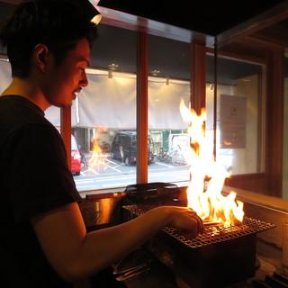 希少な種類の鶏肉を、炭火で一気に焼き上げ旨味を凝縮!