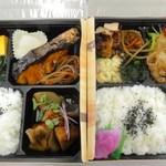 彩 - おまかせ弁当\777本日の惣菜の詰め合わせ。メインを選んでいただき、煮物、前菜4種、漬物