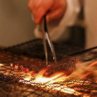 厳選した肉と、季節の素材をチャコールグリルで堪能!