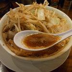 ラーメンとスタミナ丼 直成 - スープは非乳化の醤油味、