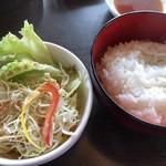 炭火焼肉 金城 - ランチのご飯とサラダ