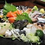 HANZO - 市場直送!! お刺身盛り合わせ:秋刀魚、サーモン、蛸、ホタテ、鯖。     2018.09.28