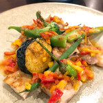 ワイン&お野菜バル ベジバル - 若鶏モモ肉のグリル パプリカ風味のソース
