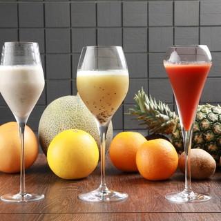 旬なフルーツを使用した選べるフレッシュカクテル。