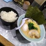 横浜家系ラーメン 魂心家 - 半麺・固め+無料ライス