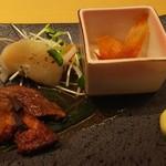 串鉄板 天一 - お通し   エイヒレ  タイラギ貝のマリネ  牛ヒレ肉  500円