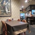 牛王 - お店は落ち着いた雰囲気でテーブル席が中心ですがカウンター席もありました。  私達は20人位だったし案外騒ぐメンバーが多いんでお店を貸し切っての食事会となりました。