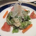 牛王 - サラダは野菜中心のサラダ、癖の無いドレッシングが使ってありました。