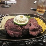 牛王 - メインのステーキは赤身肉を使った200gのボリュームたっぷりのお肉。