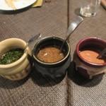 牛王 - 牛肉はマスタードを使った辛みのあるソース、醤油ベースの甘みのあるソース、あっさりポン酢の3つのソースでいただきました。