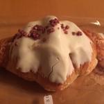 ケルクショーズ - 料理写真:カシスクロワッサン