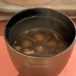 鮨 そえ島 - なめこ入り赤だし・・お出汁もいい味わいですが、味噌の味わいも好み。