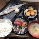 93797616 - 秋刀魚の塩焼きと秋刀魚と鮪の刺身700円!小鉢は煮物をチョイス♪