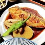 お料理 御厨 - 酒と味醂と三種の醤油で炊き上げるホクホクのカレイの煮付け(夜定食)