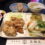 亜細亜 - 日替りランチ(とりの唐揚げ、野菜炒め添え)と焼賣2個