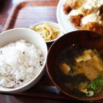 タカチホキッチン - おかわり自由のご飯とお味噌汁も付いてます。