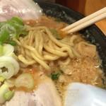 こってりらーめん せきやけ - 味噌チャーシュー麺 中太縮れ麺のアップ